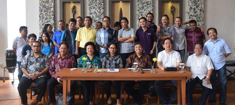 Pimpinan PGLII (duduk): Foto bersama dengan wartawan kristiani