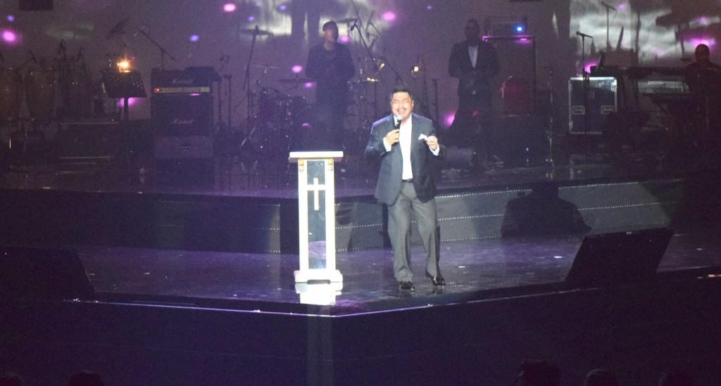 Michael Watimena Ketua Panitia membawakan lagu
