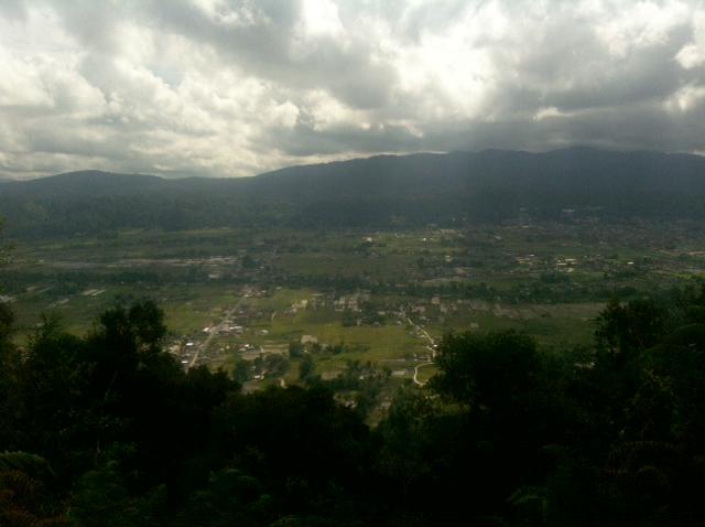 Pemandangan kota Tarutung dari bukit patung Yesus