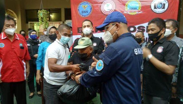 BNN Bersama GMDN dan Pokja Jurnalis BNN Salurkan Sembako bagi Warga Manggarai Jaksel